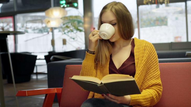Adolescente leyendo un libro