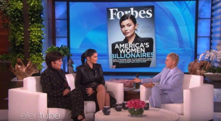 Kylie Jenner y su mamá en el show de Ellen DeGeneres con la revista Forbes de fondo