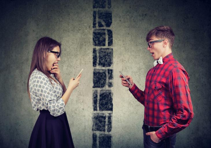 Hombre y mujer enviando mensajes