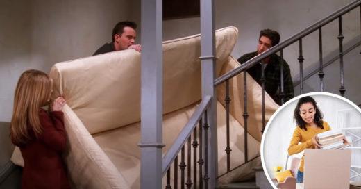 amigos subiendo un sillón por la escalera