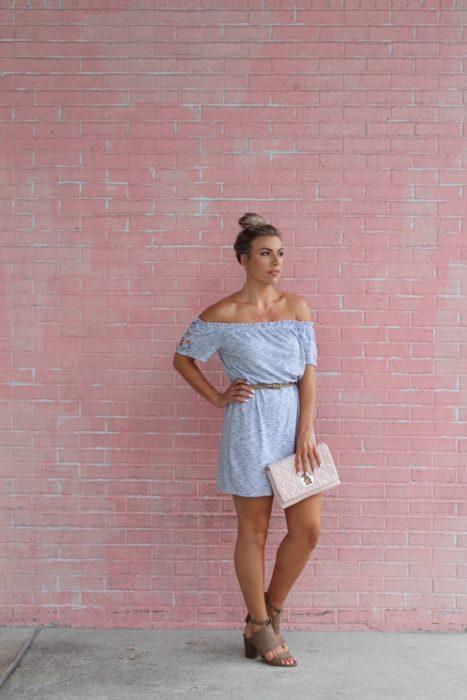 Mujer con vestido, sandalias con tacón y cinto