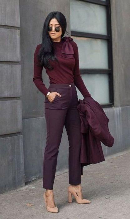 Chica usando un atuendo monocromático en color vino