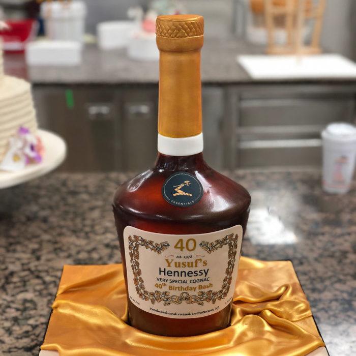 Pastel hiperrealista en forma de botella de licor