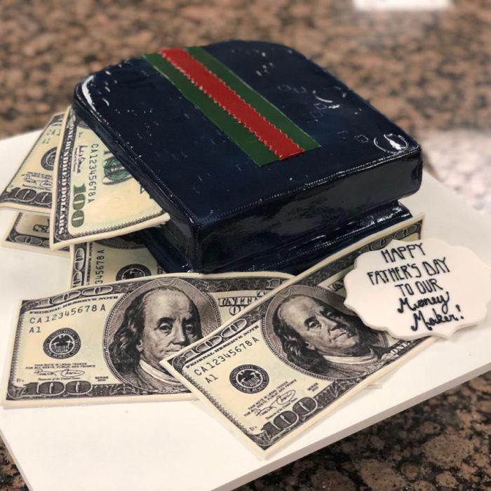 Pastel hiperrealista en forma de cartera con billetes