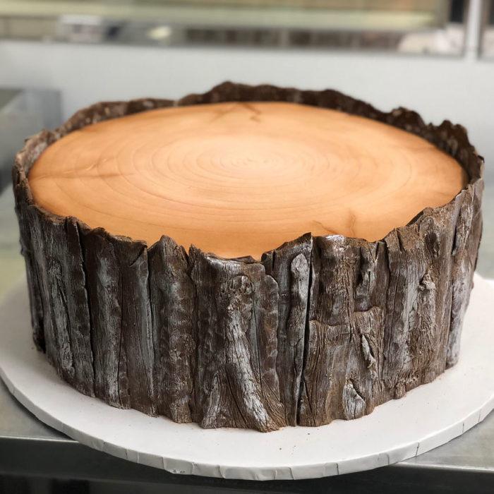 Pastel hiperrealista en forma de trozo de árbol con corteza