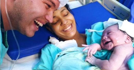 Recién nacida reconoce la voz de su padre y lo saluda con una gran sonrisa