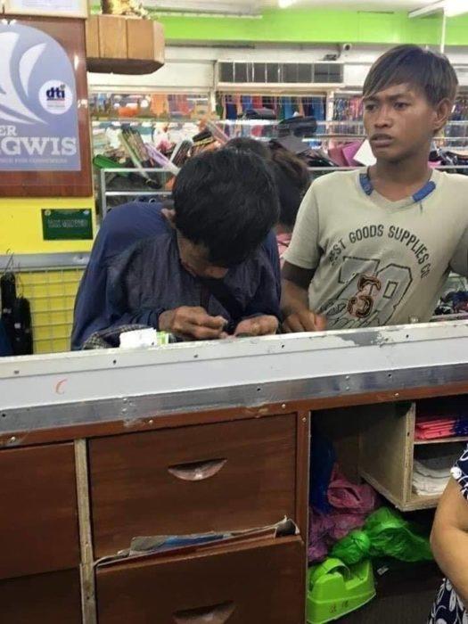 Papá e hijo llegaron a la tienda de zapatos
