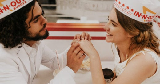 Pareja realiza su sesión de compromiso en un restaurante de hamburguesas