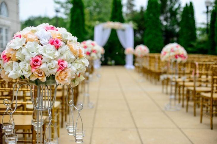Pasillo hacia el altar decorado con rosas
