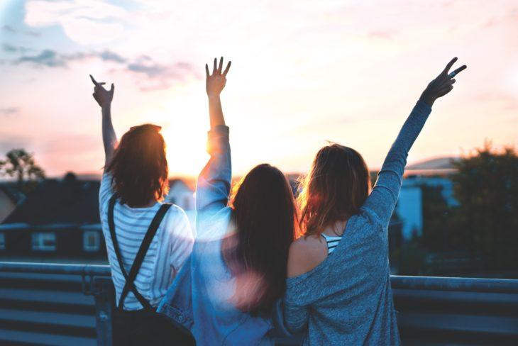 Tres amigas felices al aire libre
