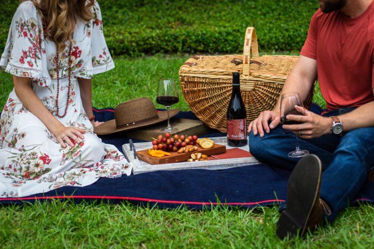 Mujer y hombre en un picnic en el campo