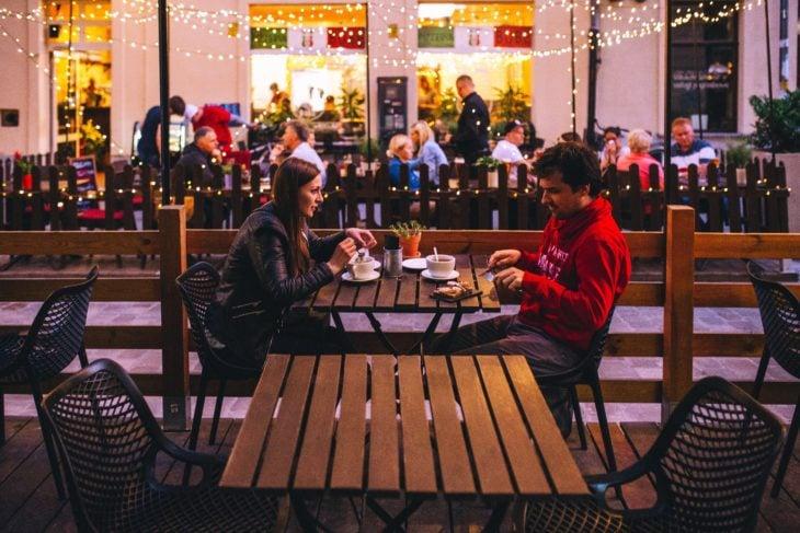 Hombre joven y mujer joven en una cita