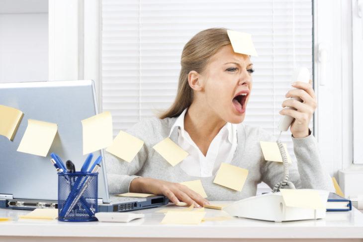 Mujer gritando en la oficina
