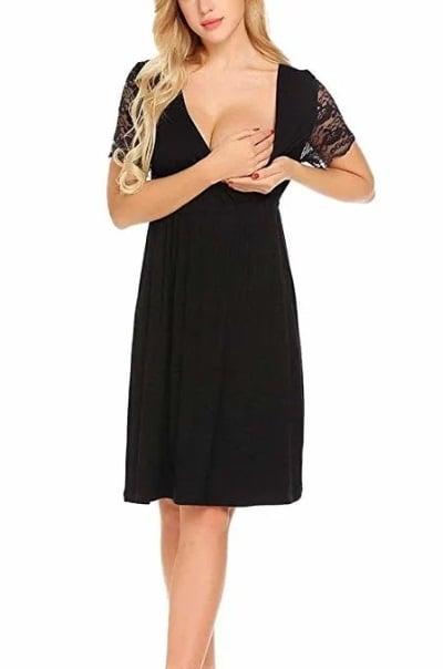 torso de una mujer que muestra que su vestido negro se abre para poder amamantar al bebé