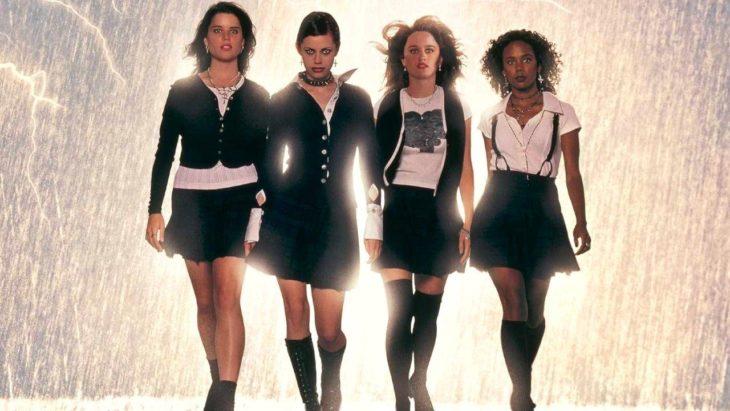 Escena de la película Jóvenes brujas, grupo de chicas con uniformes escolares caminando bajo una tormenta eléctrica