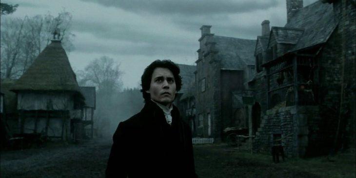 Escena de la película El jinete sin cabeza, Johnny Depp vestido don ropa colonial, asustado en medio de una pueblo
