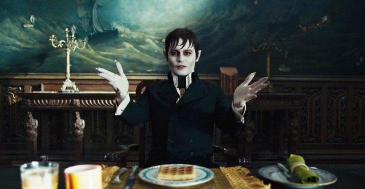 Escena de la película Sombras tenebrosas, Barnabas el vampiro sentado frente al comedor