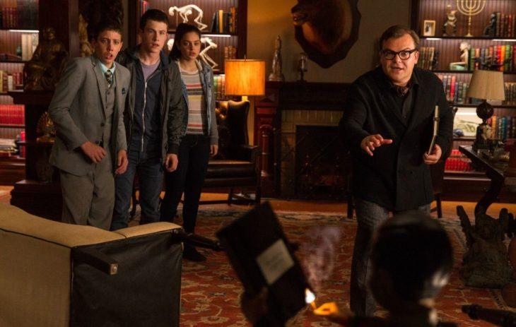 Escena de la película Escalofríos, grupo de adolescentes gritando dentro de una habitación