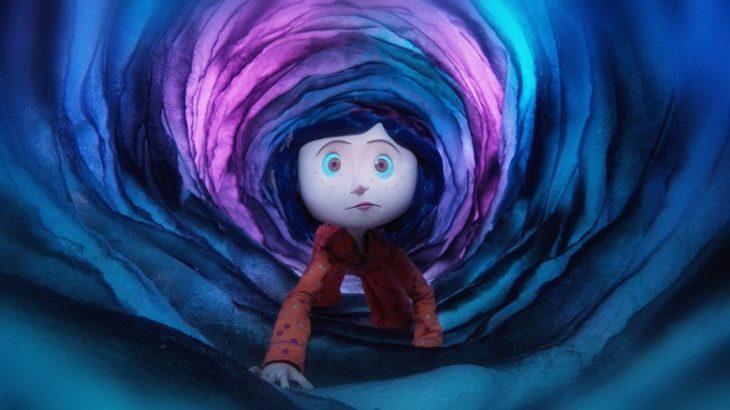 Coraline entrando por un tubo de tela de colores, escena de la película Coraline