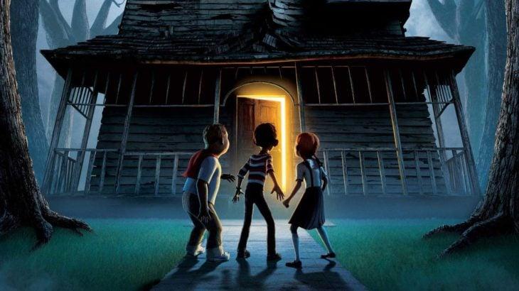 Escena de la película Monster House, grupo de niños parados frente a una casa