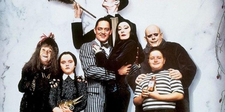 Escena de la película Los locos Addams, Los locos Addams posando para una fotografía familiar