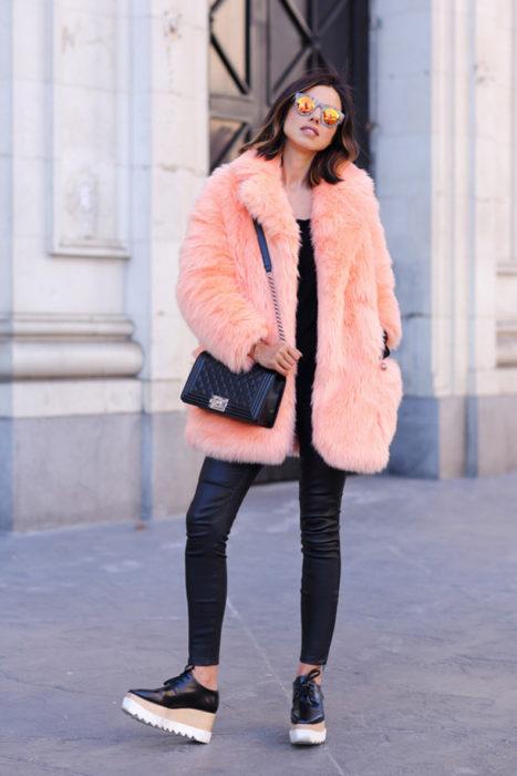 Chica usando un abrigo afelpado de color coral