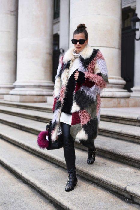 Chica usando un abrigo afelpado de varios colores con estampado cuadrado