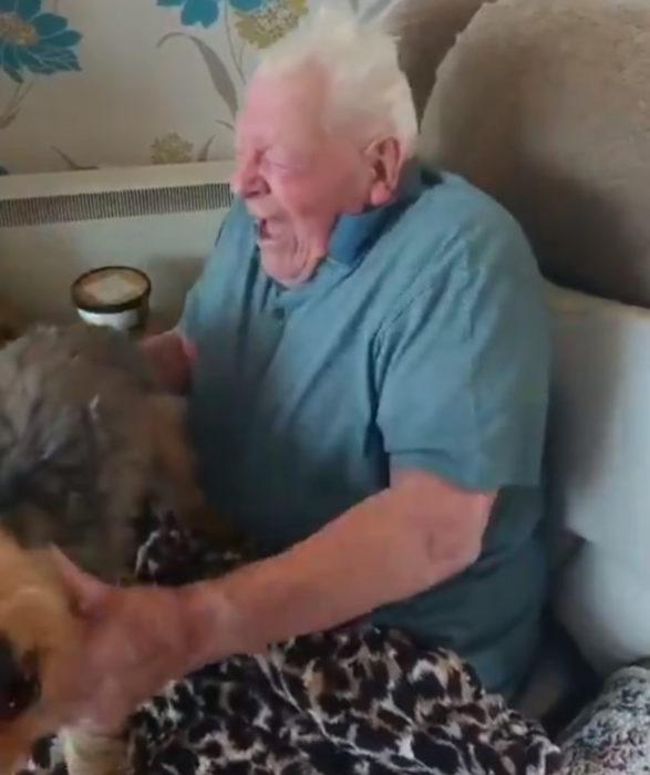 Abuelito se reencuentra con su perro después de salir del hospital