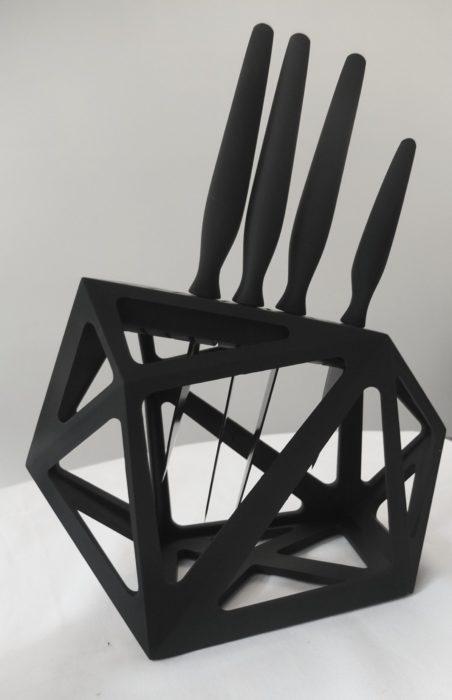 Set de cuchillos negros sobre repisa tridimensional
