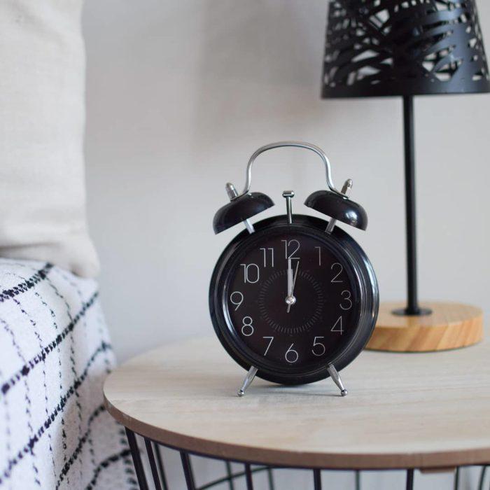 Reloj despertador de mesa redondo en tono negro