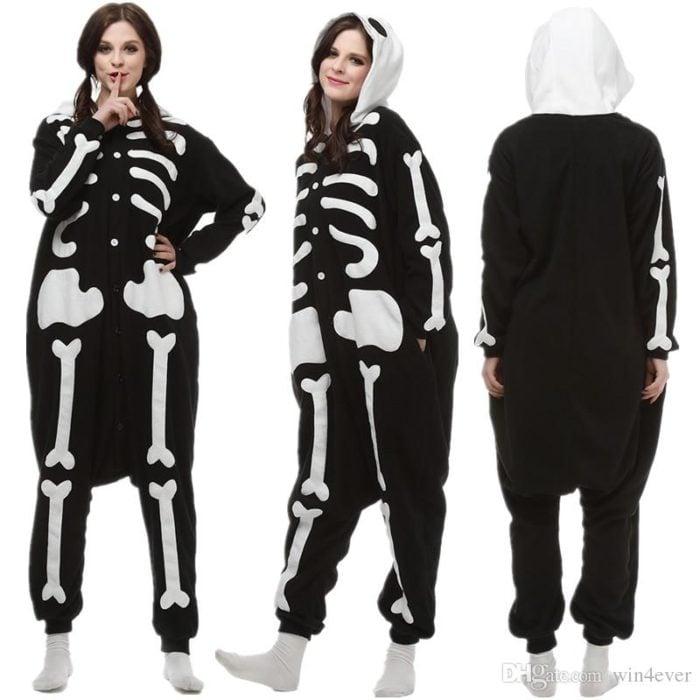 Pijama afelpada de calavera en tono negro con gorro blanco
