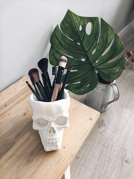 Cráneo de marmol en tono blanco para guardar brochas de maquillaje