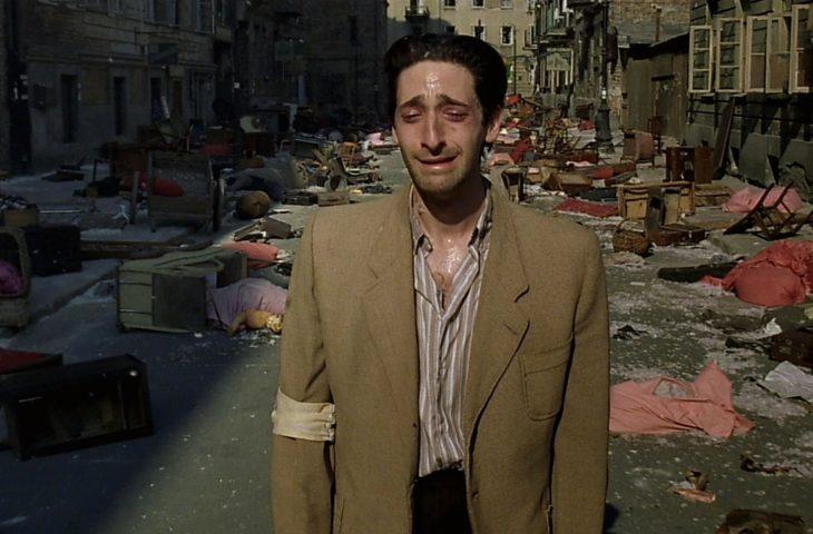 Actor de El pianista caminando por el set durante una de las escenas