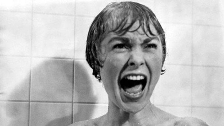 Escena de la película psicosis, mujer gritando en la ducha