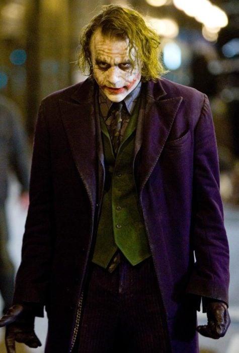 Heath ledger interpretando el personaje de el guasón en la película de Batman