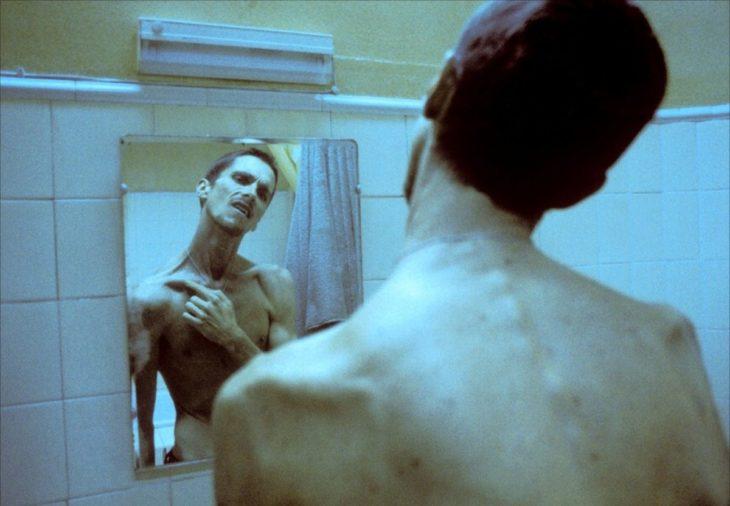 Christian Bale en la película el maquinista viéndose frente a un espejo