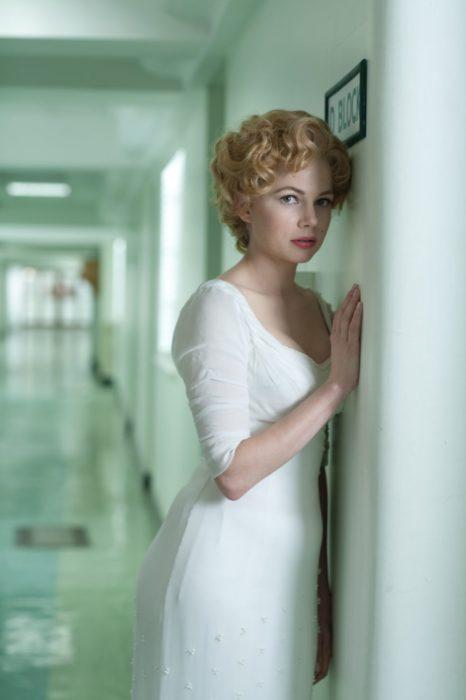 Escena de la película Mi semana con Marilyn. Actriz recargada en una pared