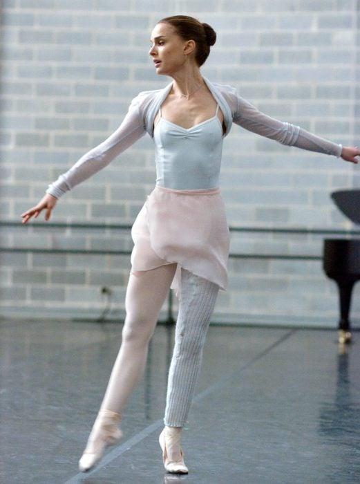 Natalie Portman practicando ballet durante la película el cisne negro