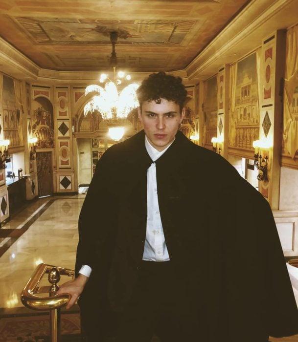 Actor Alemán posando para una foto en un teatro mientras usa un traje de
