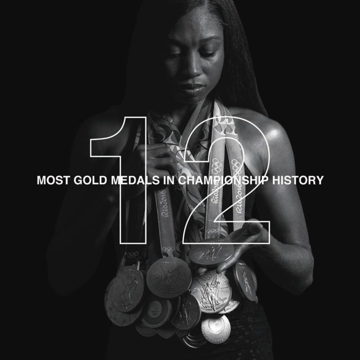Allyson Felix cargando sus 12 medallas de atletismo mundial
