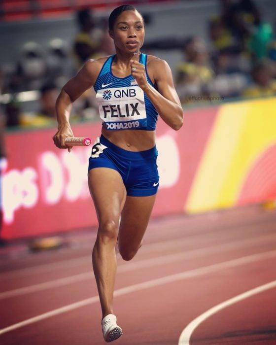 Allyson Felix corriendo durante un campeonato de atletismo