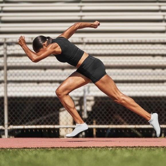 Allyson Felix corriendo durante un entrenamiento de atletismo