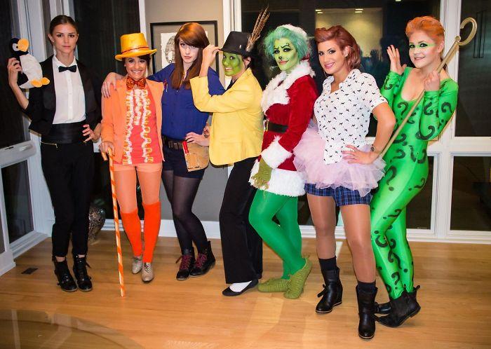 Grupo de amigas disfrazadas con los personajes iconicos de las películas de Jim Carrey
