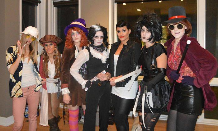 Grupo de siete amigas disfrazadas con los personajes que interpretó Johnny Depp