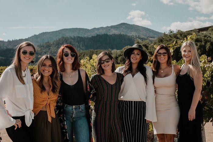 Grupo de amigas tomándose fotos frente a una montaña