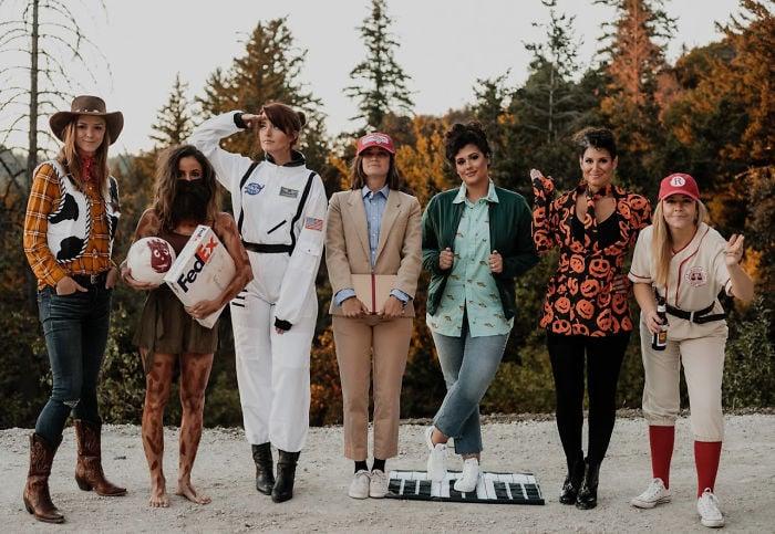 Amigas disfrazadas con los personajes de Tom Hanks mientras se toman una foto en un bosque