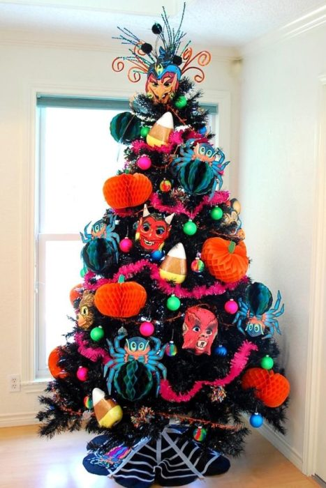 arbol navideño decorado con accesorios de Halloween