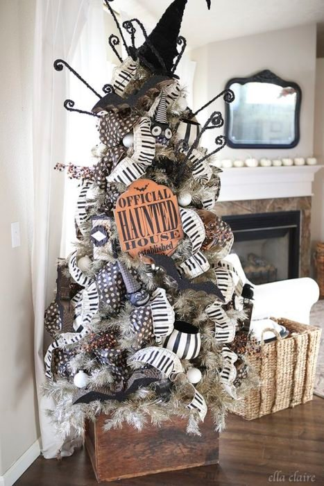 Pino de Navidad con ramas blancas, decorado con listones blancos, negros y accesorios de Halloween