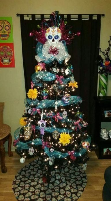 Pino navideño decorado con calaveritas de colores
