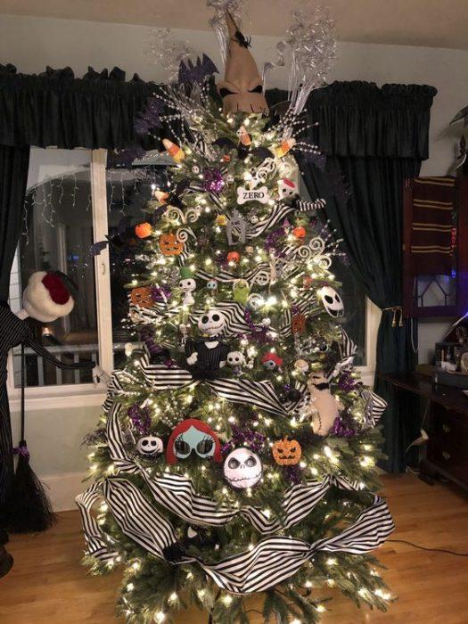 Pino de Navidad con ramas blancas decorado con listón negro, y personajes de El extraño mundo de Jack
